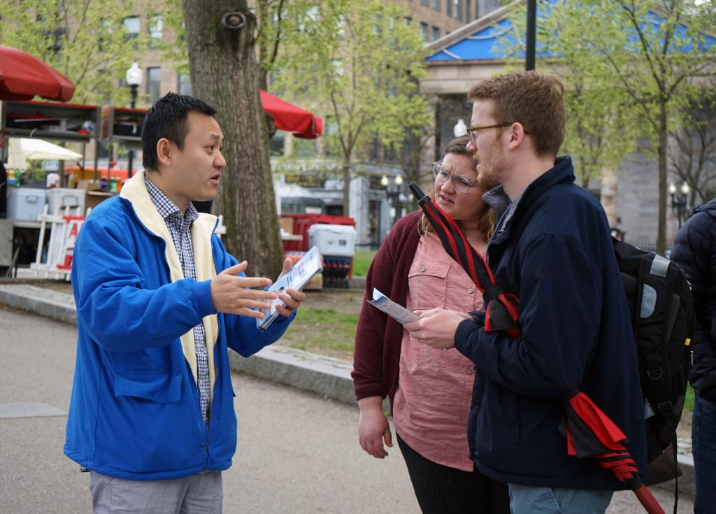 A practitioner talking about Falun Dafa to the public